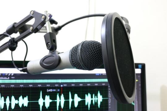 microphone-2170045_1280.jpg